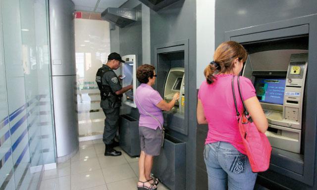 Cajas y bancos ahora pagan menos por los dep sitos de la for Pisos de bancos y cajas